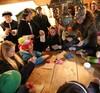 Die Kinder basteln eine Puppe Masleniza