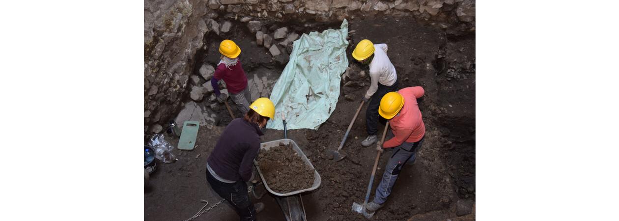 Das Ausgrabungsteam im Turm der Tostnerburg in ca 4m Tiefe